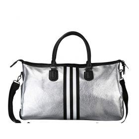 Stříbrná cestovní taška s černými pruhy